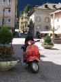 Rote Vespa am Hauptplatz von Kaltern