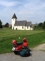 Rote Vespa vor Landkirche in Kirchstetten