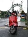 Rote Vespa vor Brücke in Oberndorf