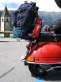 Rote Vespa vor Kirche im Reschensee