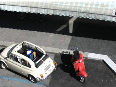 Rote Vespa neben weißen Puch 500