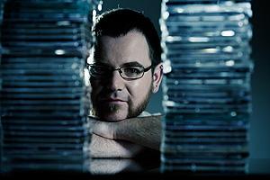 Christoph Tautscher mit CD-Stapeln